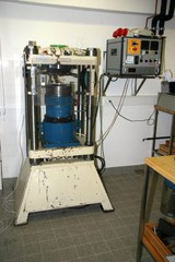 "1 Stempelzylinderpresse (endloaded, 3/4"", max. 1350 °C, max. 2 GPa)"